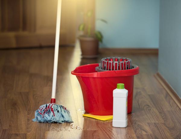 Come togliere gli aloni dal pavimento